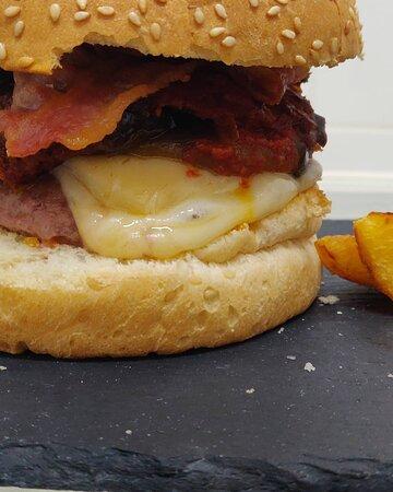 Hamburger di scottona Parmigiana di melanzane fatta in casa Provola Bacon croccante