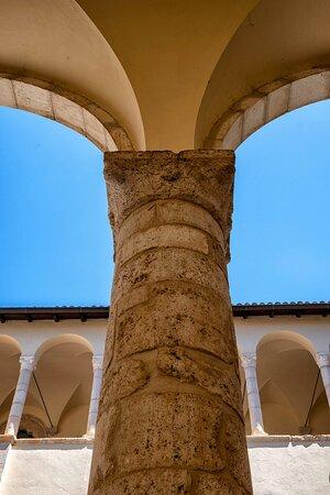 Il colonnato interno (dettaglio)