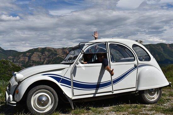 Les Belles Lurettes. Vue 6. Location Cabriolet 2CV Revisité  2 Places et 2 CV Citroën, Bertille La Rouge et Fanny La Blanche 4 Places. Mariages ou Escapades. Salignac 04290.