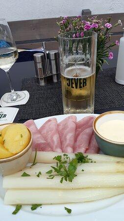 frischer Spargel mit gutem Kochschinken, Salzkartoffeln + JEVER