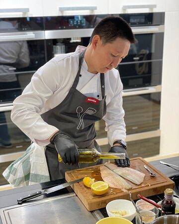 Наш шеф-повар Андрей Ким неуловим😅 ⠀ Он непрерывно трудится над своими великолепными блюдами, что даже на портрет времени нет👌 ⠀ Но в этом и успех - только трудолюбие и полное погружение в любимое дело приносят такой прекрасный результат☺️