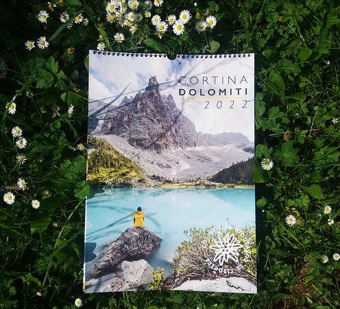 Il calendario 2022 de La Cooperativa di Cortina. Quale miglior souvenir dei panorami delle nostre montagne?  In cartoleria, piano terra.
