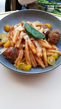 Casarecca con polpette 14,50 euros Boulettes de bœuf mijotées, sauce tomate, Parmesan,