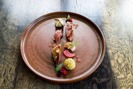 Piccione: petto arrosto, pralina del suo patè, raviolo di cosce, ciliegie e rabarbaro.