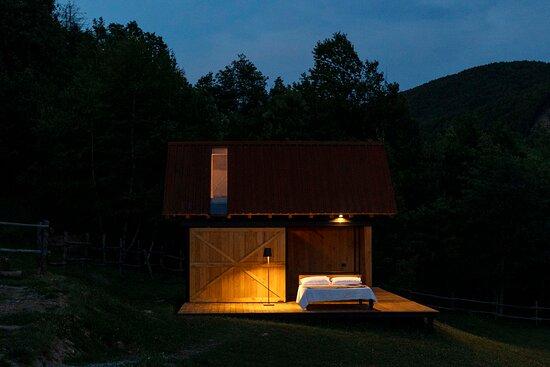 GlamBOX è il modulo ricettivo innovativo in legno di castagno di Selucente. La sua particolarità è quella di avere il letto montato su un carrellino che può essere spostato sulla pedana esterna per osservare il cielo senza filtri o dormire immersi nella natura.  foto Andrea Ferrari   PEPE fotografia