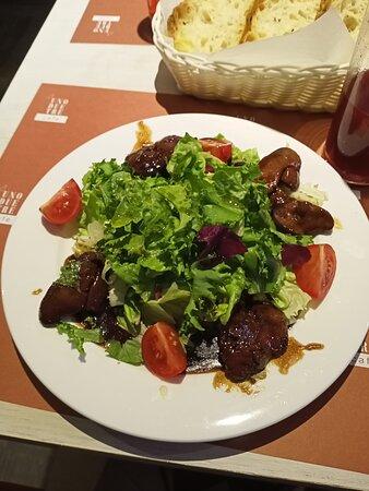 Салат с тёплой куриной печенью (640 рублей)