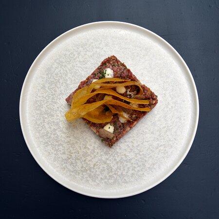 Steak tartar ligeramente picante con chips de plátano y trufa
