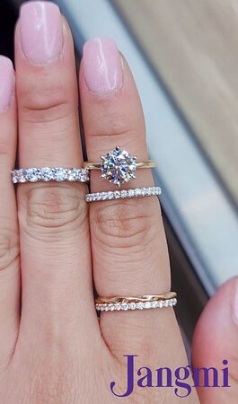 Round brilliant diamond on our two tone setting with out share prong diamond bands.