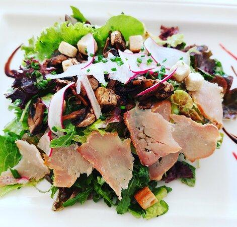 Salade 🥗sauvageonne ( Filet de dinde fumée par nos soins champignons de Paris sautés)