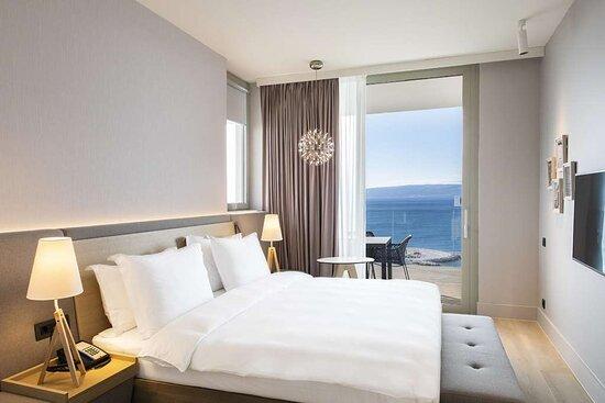 Premium Suite - Bedroom Front Sea View