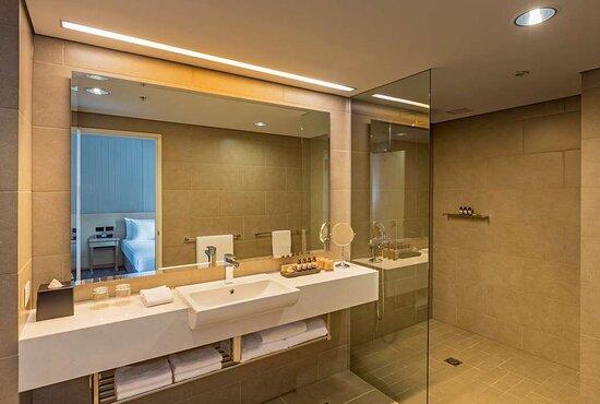 Club Twin Bathroom