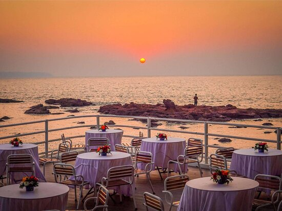 Titanic Bow, our bayside grill restaurant is perfect for a sundowner BBQ or a romantic night out