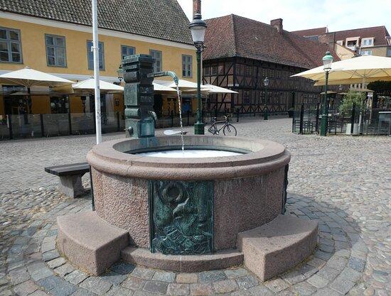 Brunnen ''Samling vid pumpen''
