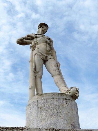 La statua donata dalla provincia di Ancona, che rappresenta Ercole cacciatore (autore Eugenio Baroni)