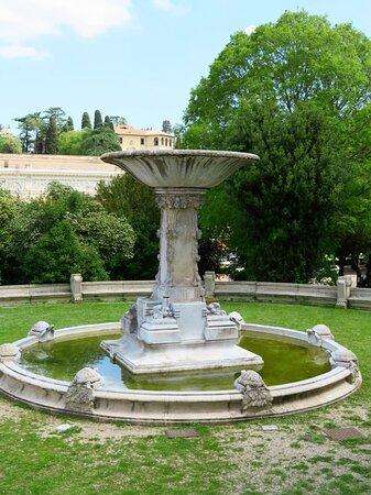 Una delle 2 fontane gemelle delle Tartarughe (quella orientale)