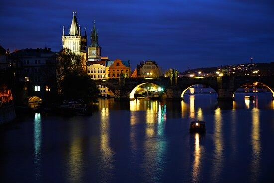 براج, جمهورية التشيك: Karlov Most at night.