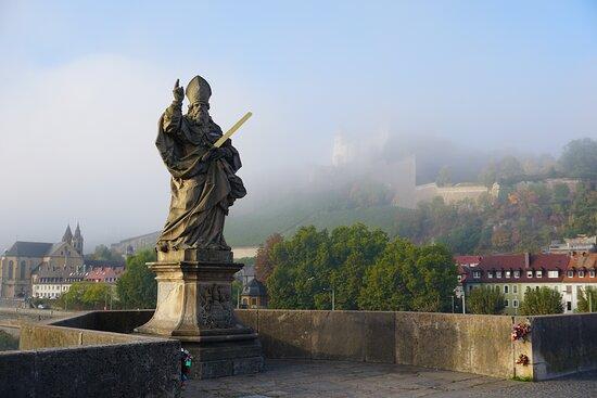 Würzburg, Alemania: Foggy morning.