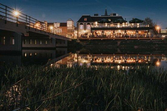 Grand Café - Restaurant de Troubadour is gelegen aan de rivier de Vecht, met dubbellaags terras en in de zomermaanden een heus stadsstrand!