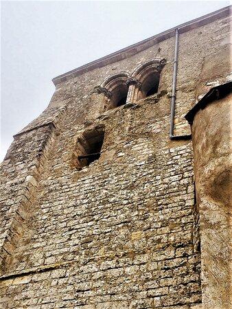 Cette église, aujourd'hui plus que millénaire, fut place forte durant les guerres de cent ans. Pour entrer, il faut pendre les clés à la mairie, située près d'un pigeonnier remarquable (en visite libre), inscrit par les M.H. depuis 1986. L'église existait déjà en 1003, année de sa confirmation à l'abbaye de Bourgueil dont elle dépendra jusqu'à la révolution.