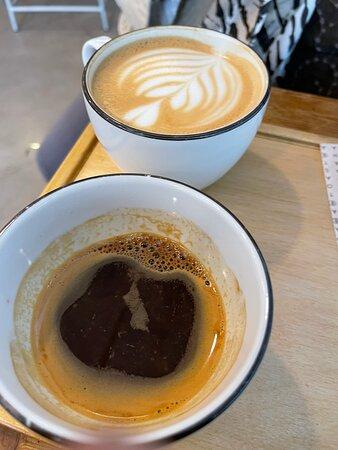 براج, جمهورية التشيك: Údajně jedna z nejlepších mini Coffee Shopů vPraze , objednaly jsme Cappucino a Double Espresso.Cappucino 👍🏿, ale Doppio Espresso moooc špatné! Na fotkách můžete sami usoudit👎🏿❗️❗️👀 Je jsem férovj Kritik a rad , za co platím dostávat kvalitní produkty 😊😔buhužel Barista mi dal narozumnět, že takhle vypadá dobré Espresso 👎🏿 Škoda za tuhle návštěvu …