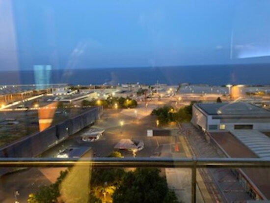 Vista anochecer sobre el Fòrum y el mar