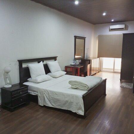 Chambre double, grande espace avec balcon, table de bureau et fauteuil