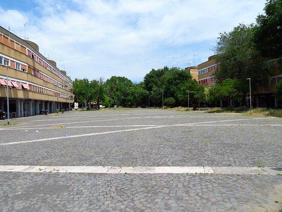 La piazza Jan Palach, in fondo alla quale, dove si vedono gli alberi, è posto il monumento