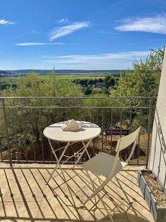 Table et chaise d'extérieur du balcon du rez-de-chaussée, pour déjeuner ou profiter de la vue.