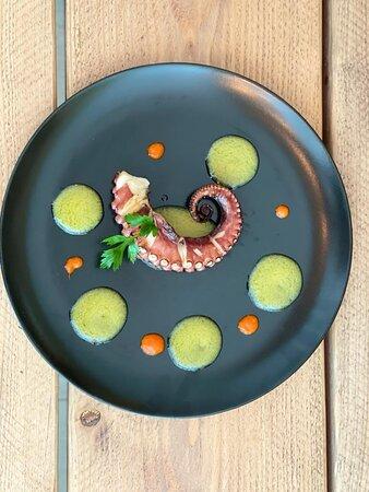 Granfia di polpo scottata con riduzione di pomodorino giallo già giù e riduzione di papaccella napoletana slow food