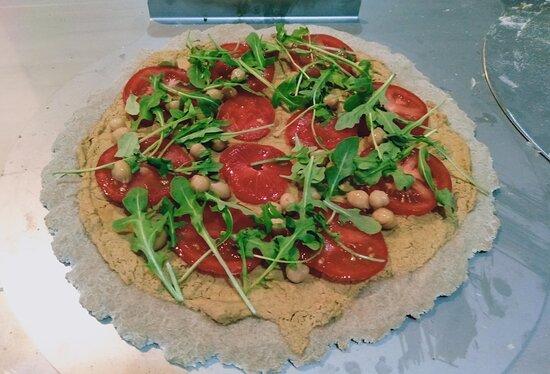 Pizza Houmous, convient aux végétaliens et aux sensibles au gluten. En contient très peu si réalisée sur base 50% blé noir.
