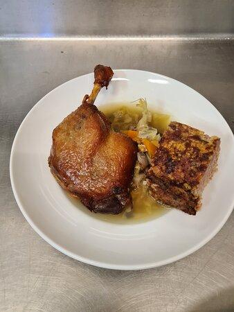 Azinat  Potée de légumes et morceau de farcie et cuisse de canard confite
