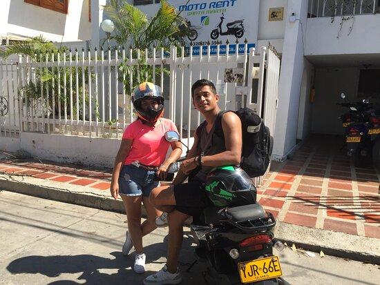 Pareja feliz de viaje en Santa Marta!!  Visita Motorent, las mejores motos del Caribe.