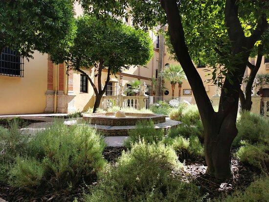 Bonito patio con azulejos.