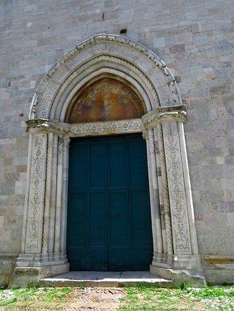 Il portale ogivale ricco di ornati