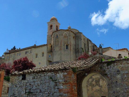 La parte posteriore della chiesa vista dal basso