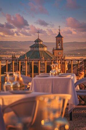 Cenar con vistas a la catedral de Granada en un mirador privado.