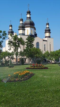 Vue du parc Saint John, l'église où loge le musée.