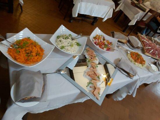 Entrée : salade, foie de canard, jambon fumé, saucissons, saumon ...