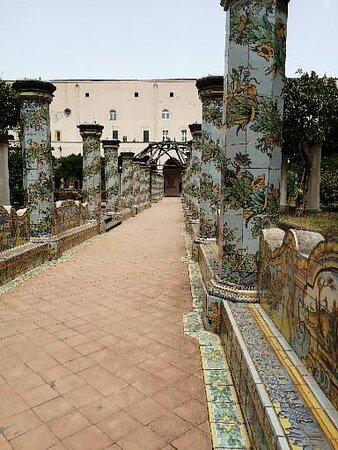 Dettagli delle piastrelle maiolicate che decorano il chiostro di Santa Chiara.