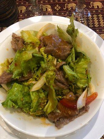 J'adore ce restaurant ! L'accueil de la maîtresse de maison est irréprochable et les plats sont goûtus et copieux. C'est toujours un plaisir de dîner là-bas, c'est la garantie d'un bon moment et d'un repas délicieux ! Sur mes photos, vous pouvez voir la salade thaï au bœuf citronnelle (ma préférée, délicieusement parfumée), des pâtes de riz sautées et l'émincé de bœuf pimenté. Comme à chaque fois, un régal ! Je ne peux que vous conseiller d'y aller !