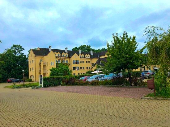 Velké parkoviště před hotelem Galant Lednice