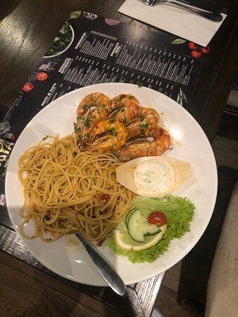 Mooie Italiaan restaurant!Het bediening is vriendelijk en vlug.Lekker gegeten de scampl met spaghetti aglio olio en pepperocino!😛👍🦐