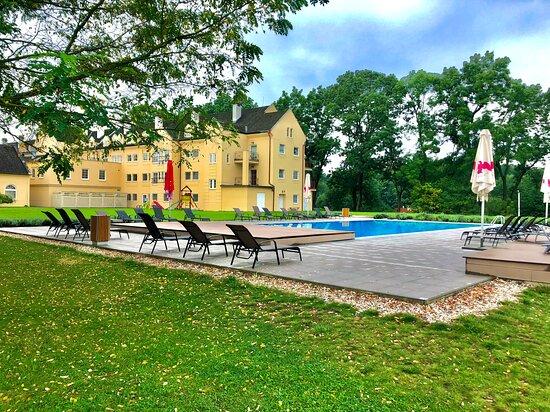 Zahrada s bazénem v hotelu Galant Lednice