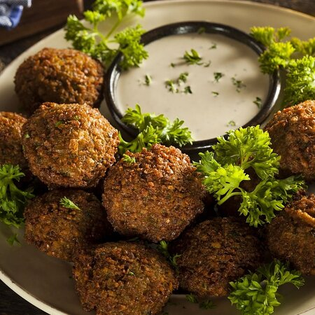 Plato de falafel con salsa de ajonjolí y pan arabe
