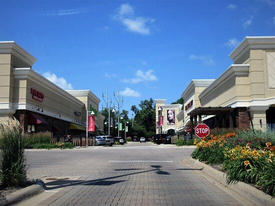 Πεόρια, Ιλινόις: Westlake Shopping Center: modern design, vast parking. July 2021