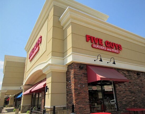 Πεόρια, Ιλινόις: Westlake Shopping Center: view of Five Guys restaurant. July 2021