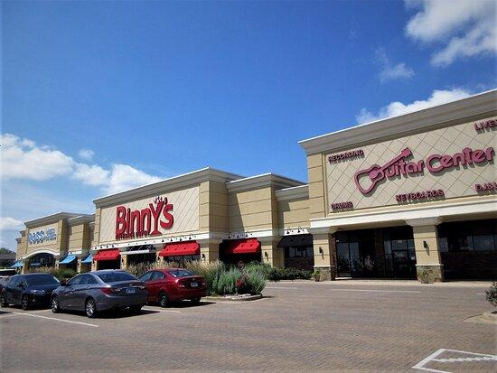Peoria, إلينوي: Westlake Shopping Center: Binny's Beverage Depot, Ross (retail store) , Guitar Center. July 2021