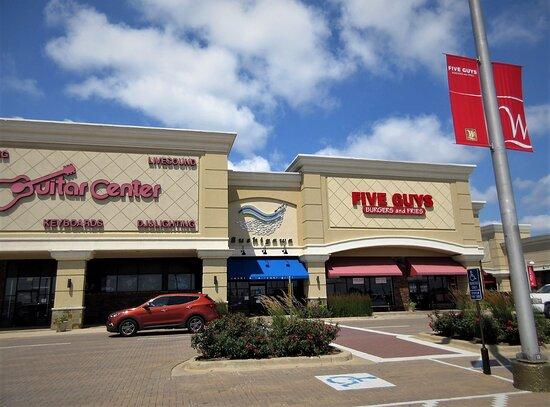 Peoria, إلينوي: Guitar Center, Sushi Gawa and Five Guys restaurants. Westlake Shopping Center. July 2021