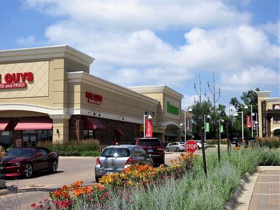 Peoria, إلينوي: Westlake Shopping Center. In 2012 --2018 , the center won many national awards for design and landscaping. 2601 W Lake Ave, Peoria IL, July 2021 