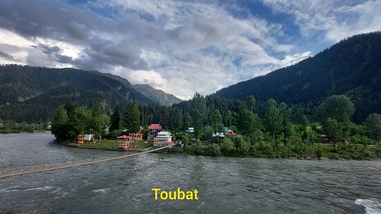 Azad Kashmir, Paquistão: You need to be tough & determined to reach Toubat the last vllage of Pakitan, as the road (actually it should not be mentioned as road, it's just a crude pathway) is raw, rough & so challenging that it literally shakes your every organ but concomitantly it is so alluring that you would forget the hardship you faced in reaching Toubat. Travel only recommended via 4×4 vehicle. Amazingly you can get a very comfortable accommodation at Toubat